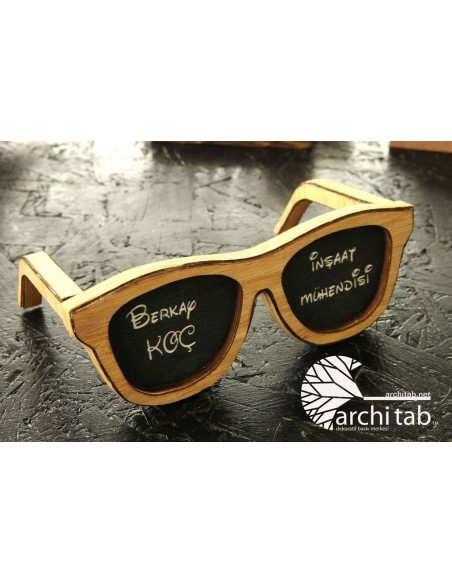 bambu gözlük çerçeveli ahşap masa isimliği